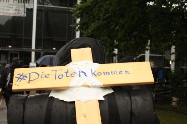Ein Teilnehmer trägt ein Kreuz mit dem Slogan der Aktion. Foto: AStA der Uni Hamburg.