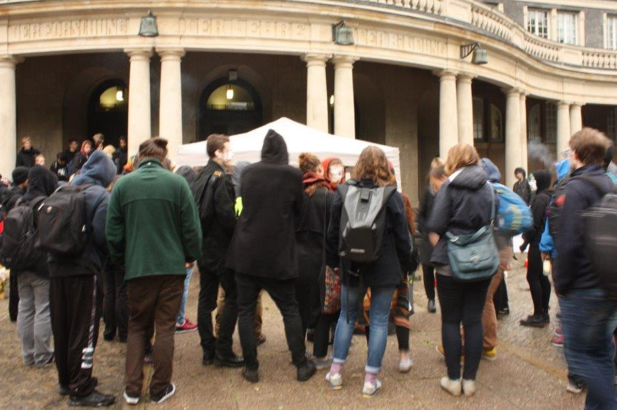 Teilnehmer der Protestaktion vor dem Hauptgebäude der Universität. Foto: ASta der Uni Hamburg.