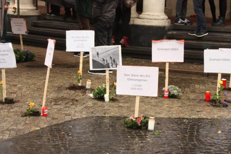 Symbolische Gräber vor dem Hauptgebäude der Universität. Foto: AStA der Uni Hamburg.
