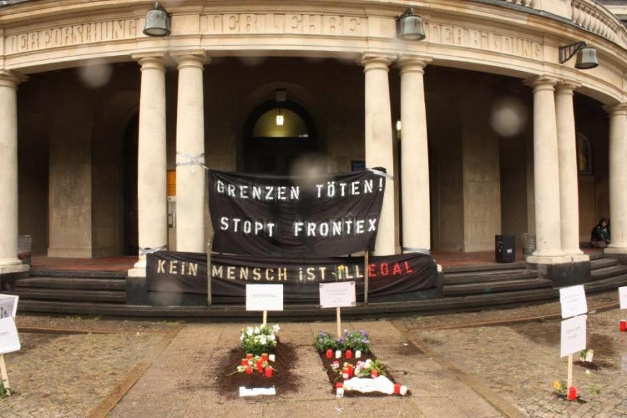 Symbolische Gräber vor dem Universitätshauptgebäude. Foto: AStA der Uni Hamburg