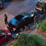 Die Polizisten am Auto der Verdächtigen. Foto: Eimsbütteler Nachrichten