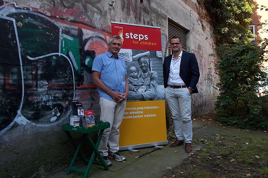 V.l.n.r.: Michael Hoppe von steps for children und Simon Vollmer von der wph. Foto: Lena Jürgens