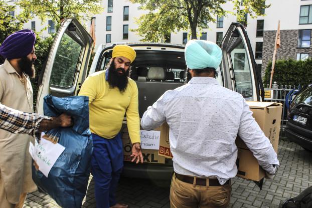 6o Kartons und Säcke voll Kleidung spendeten Gemeinde-Mitglieder. Foto: Gurudwara Singh Sabha e.V.