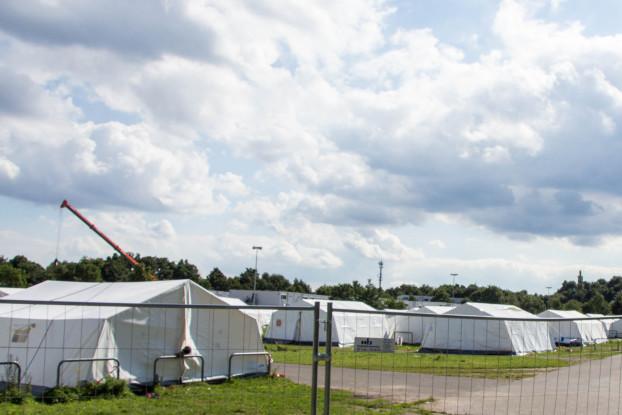 Die Zelte in der Erstaufnahme Schnackenburgallee sollen für den Winter durch Holzhäuser ersetzt werden. Dies ist aber nicht bei allen Unterkünften der Fall. Foto: Lukas Gilbert