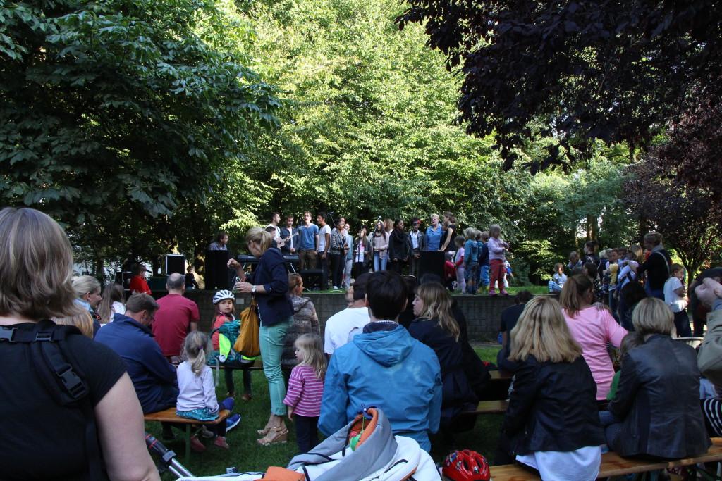 Auf bereitgestellten Bänken konnten große und kleine Zuhörer u.a. Musik von Lukulule lauschen. Foto: Lena Jürgens