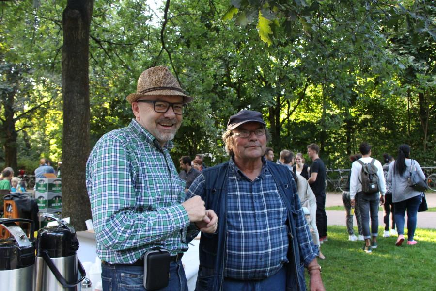 V.l.n.r.: Hans-Werner Kienitz und Gerd Mertens von K.N.i.E. haben das Fest mitorganisiert. Foto: Lena Jürgens