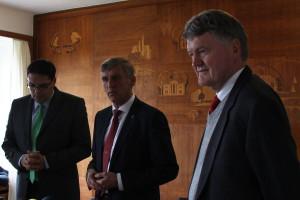 Anwalt Gero Tuttlewski, Bezirksamtsleiter Torsten Sevecke und f&w-Geschäftsführer Vaerst bei der Pressekonferenz. Foto: Helene Flachsenberg.