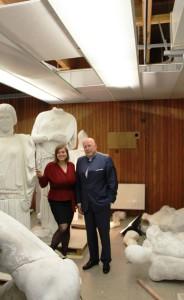 Katharina Fegebank und Dieter Lenzen mit den Skulpturen. Foto: Lukas Gilbert