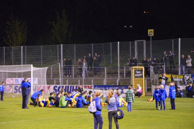 Die Spieler des SC Victoria feierten den Sieg mit ihren Fans. Foto: Simon Lehmann