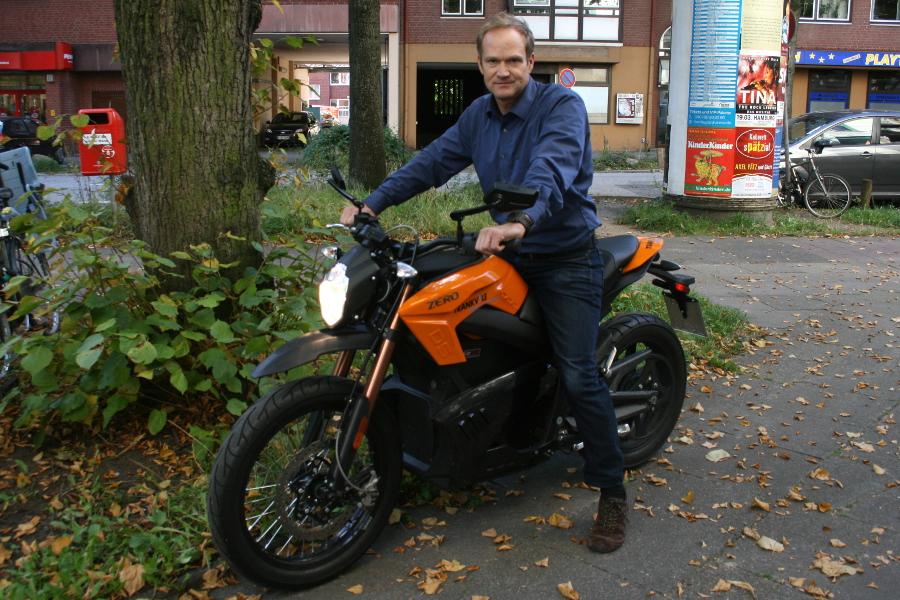 Alexander von Waldow und sein e-Motorrad. Foto: Anja von Bihl