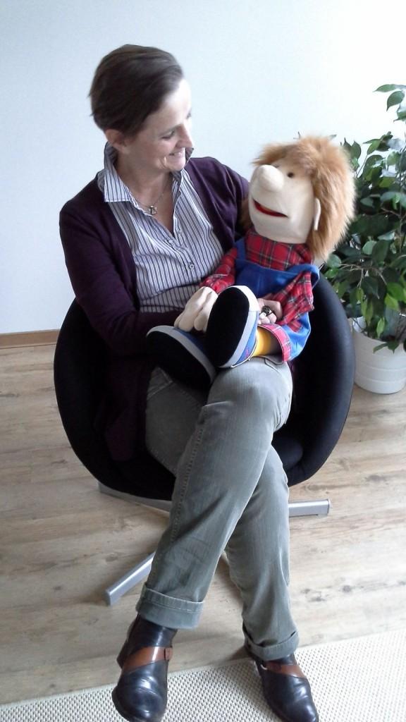 Kristina Puhlmann mit Puppe. Foto: Systemische Praxengemeinschaft