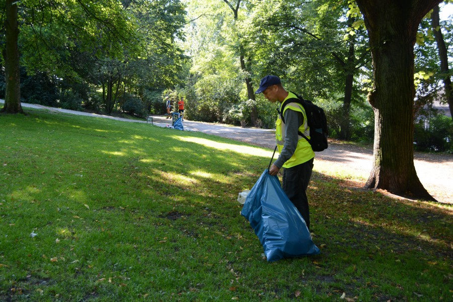 Stefan Griscenco, pictured here, is one of two men responsible for cleaning up litter at Schanzenpark. Griscenco says that out of all the parks he cleans in Hamburg, Schanzenpark has the most litter. Foto: Chad Smith