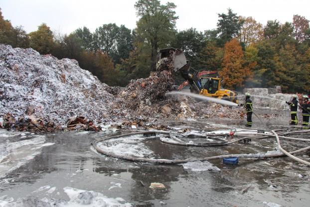 """Aufräum- und Löscharbeiten auf dem Stellinger Recyclinghof """"Feddersen & Starke"""". Foto: Julia Dziuba"""