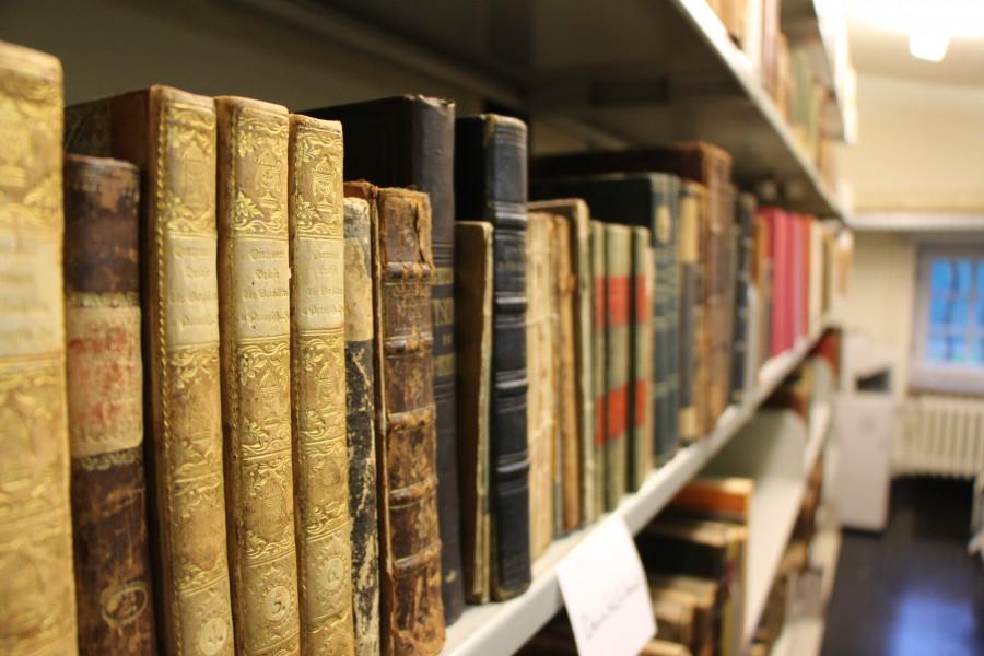 In mehreren Regalreihen erstrecken sich die gesammelten Bücher und Unterlagen von Hans-Werner Engels. Foto: Julia Dziuba