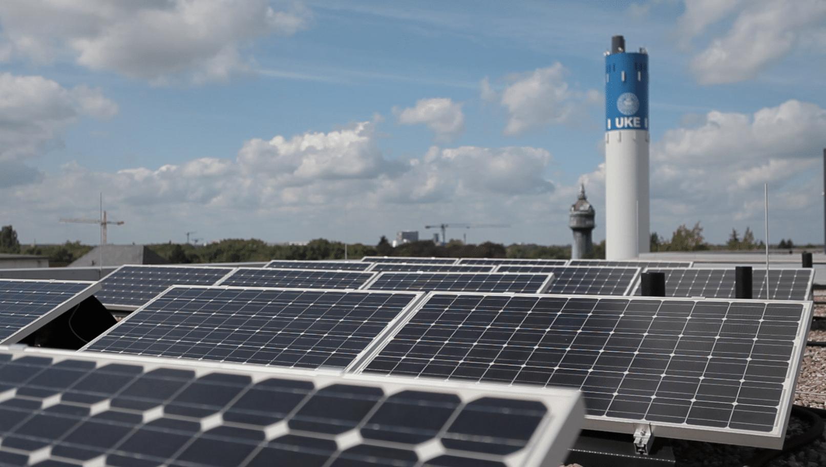 Photovoltaikanlage auf einem Dach des UKE. Foto: Hamburg Energie