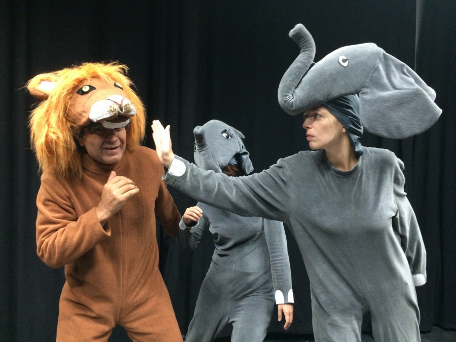 Die mutige Elefantenmutter (Andrea Rudolf) verteidigt ihre Tochter (Filiz Yildirim) gegen den bösen Löwen (Mahmut Canbay) Foto: Mut!Theater