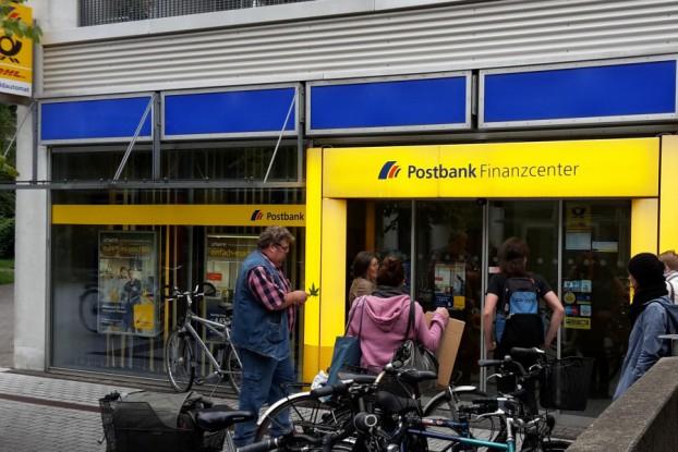Die Postbank-Filiale hat mit Personalmangel zu kämpfen. Symbolfoto: Jan Hildebrandt