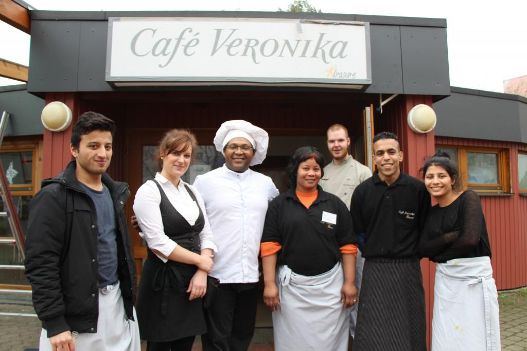 Die Azubis aus dem Café Veronika mit Eric Juma-Stichel im Zentrum. Foto: Annika Demgen