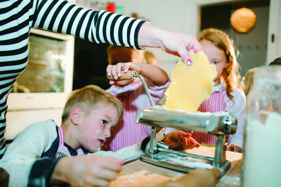 Bibi und Tina Kochkurs, Schwedische Küche und Osterbäckerei- das ist nur ein kleiner Auszug aus dem liebevollen Angebot der Kinderküche. Hier können unsere Kleinsten das Kochen und Backen lernen- und natürlich selber testen, ob es schmeckt. Weitere Informationen Foto: Kinderküche
