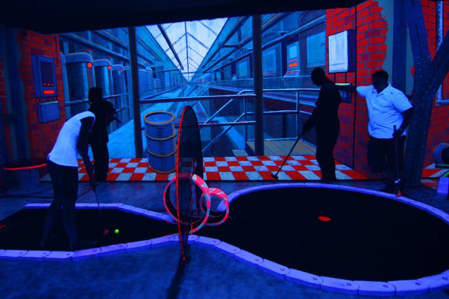 Die Kinder und Jugendlichen können ihre Fähigkeiten im Minigolf spielen bei einem Ausflug in das Schwarzlichtviertel unter Beweis stellen. Foto: Schwarzlichtviertel