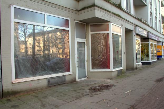 Nur ein Plakat im Schaufenster weist bisher auf den neuen Laden hin. Foto: Fiona Kleinert