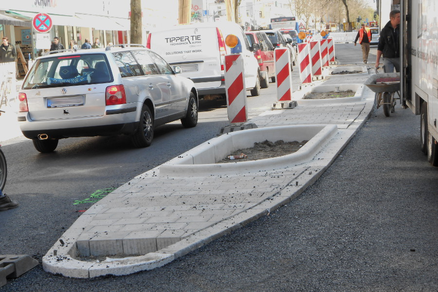 Die ersten neuen Mittelstreifen in der Osterstraße werden sichtbar. Foto: Anja von Bihl