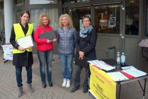 Die Initiative sammelte auch bei der Informationsveranstaltung zur Flüchtlingsunterkunft Hörgensweg unterschriften. Foto: Annika Demgen