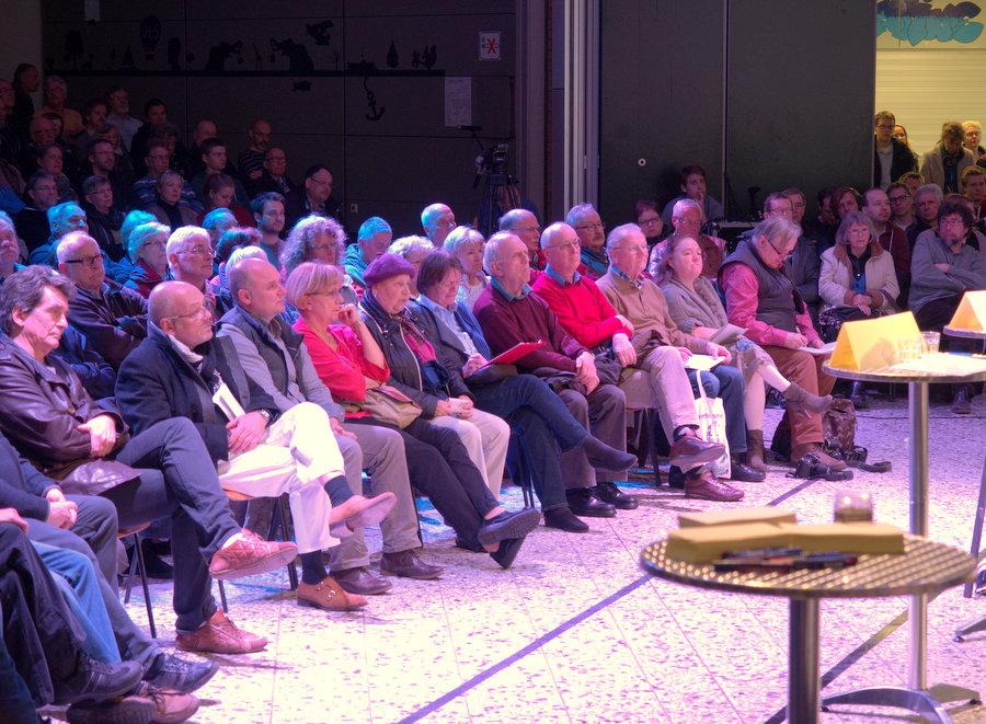 Nicht nur die erste Reihe begegnete den Aussagen der Redner mit Skepsis. Foto: Annika Demgen