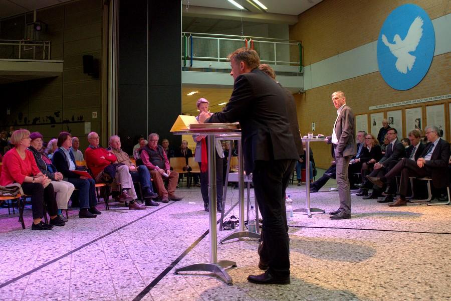 Bis 21:30 Uhr dauerte die Fragerunde in der Julius-Leber-Schule an. Foto: Annika Demgen