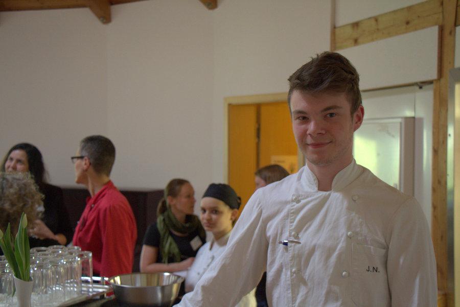 """""""Weil ich gerne koche"""": Jasper Nitz (19) absolviert im Café Büchner seine Ausbildung. Foto: Annika Demgen"""