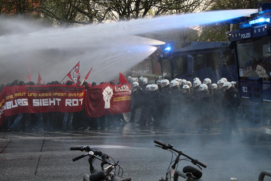 1.Mai Hamburg: Wasserwerfereinsatz an der Emilienstraße