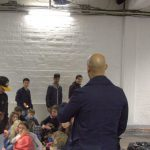 Alle Augen auf den Lehrer: Patrick Abozen gibt der Truppe Schauspiel-Tipps. Foto: Adina Bischoff