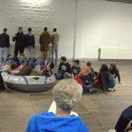 Rollentausch: Die Geflüchteten spielen die Schleuser und die Schüler die Flüchtlinge. Foto: Adina Bischoff