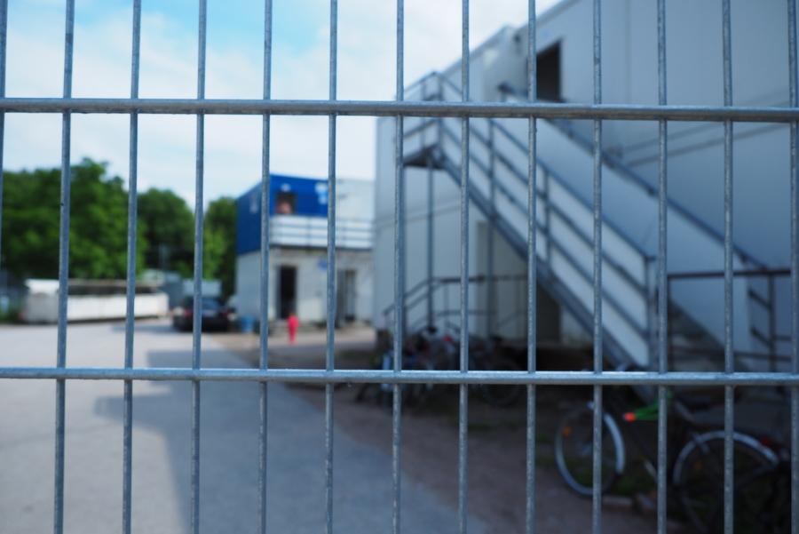 Früher war hier kein Zaun: die Absperrung trennt Campingplatz von Zentraler Erstaufnahmen. Foto: Annika Demgen