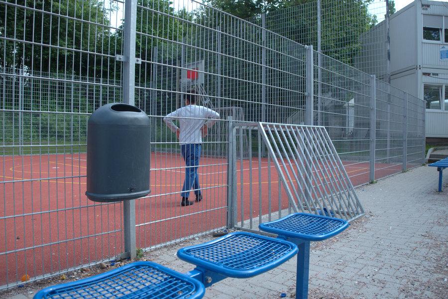 Der neue Fußballplatz sorgt für Abwechslung in der ZEA. Foto: Annika Demgen