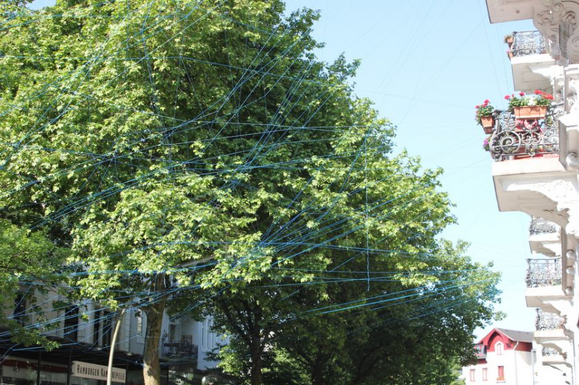 Blauer Garn verbindet jeden einzelnen Balkon in der Hartungstraße miteinander. Foto: Jannika Grimm