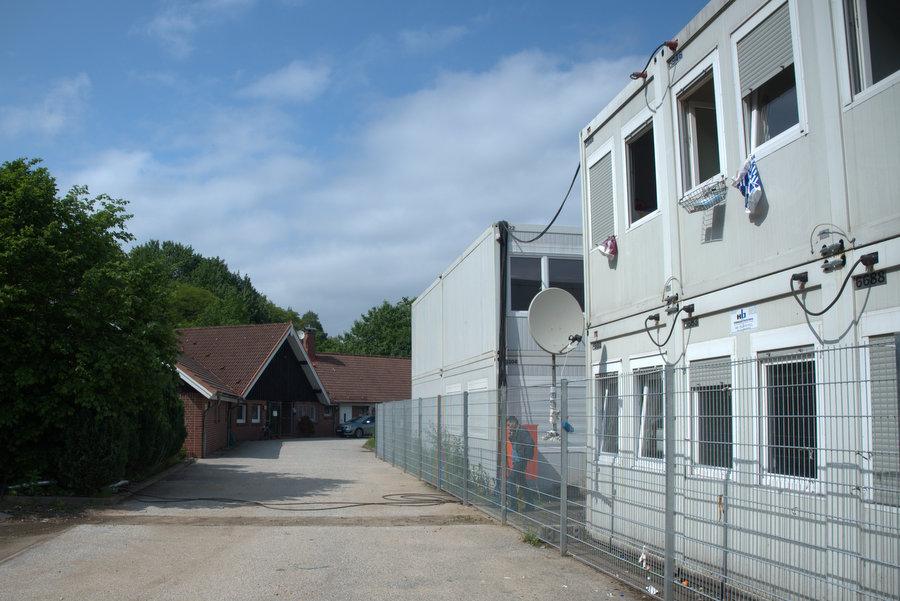 Dicht an dicht: Die Container der ZEA liegen direkt neben dem Vereinsgebäude. Foto: Annika Demgen