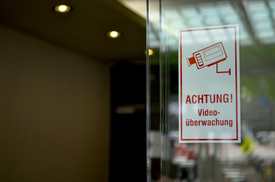 Nach dem Bundesdatenschutzgesetz muss jede Videoüberwachung für die Betroffenen sichtbar gemacht werden, zum Beispiel durch ein Hinweisschild.