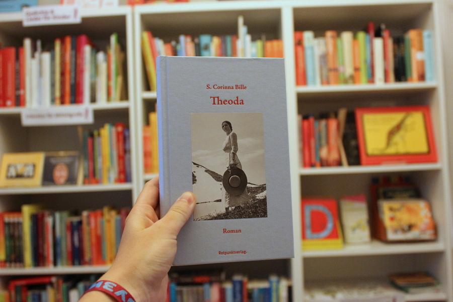 Das ungewöhnliche Cover von 'Theoda' fällt einem sofort ins Auge. Foto: Jannika Grimm