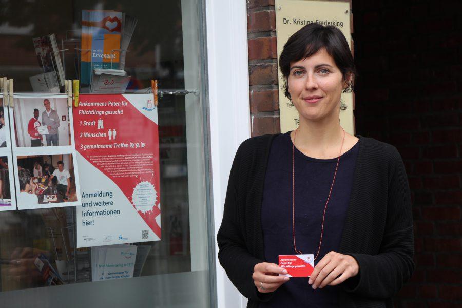 Stefanie Fulge koordiniert im Büro der Zeitspender an der Weidenallee das Patenschaftsprojekt für Geflüchtete. Foto: Magdalena Gärtner
