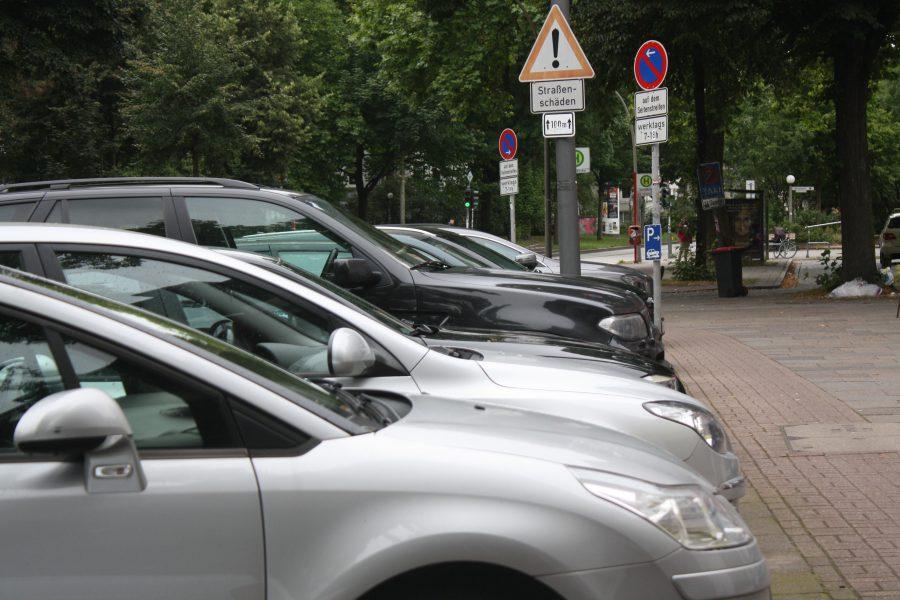 Wegen des großen Parkdruck stellen Autofahrer in Eimsbüttel ihren Wagen auch im Parkverbot ab. Foto: Matthias Berger