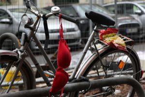 Beim Sonntagsspaziergang in Eimsbüttel fragt man sich bei einigen Relikten der Nacht, welche Geschichte wohl dahinter steckt. Eines ist sicher, irgendwo in Eimsbüttel läuft jetzt eine Frau ohne Chipstüte durch die Straßen… ? (gesehen in der Lutterothstraße) Foto: Eimsbütteler Nachrichten