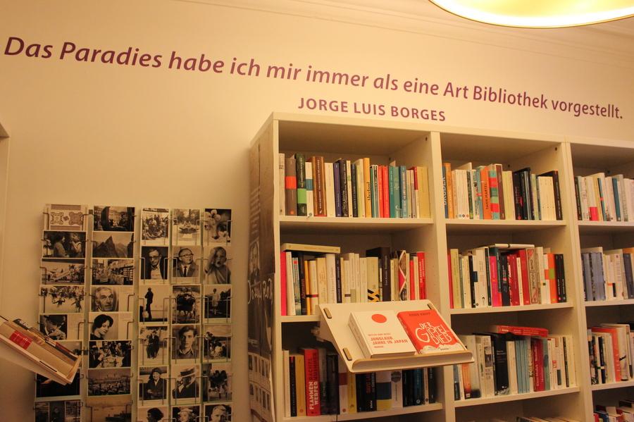 Postkarten und Bücher lassen sich im Lesesaal finden. Foto: Jannika Grimm