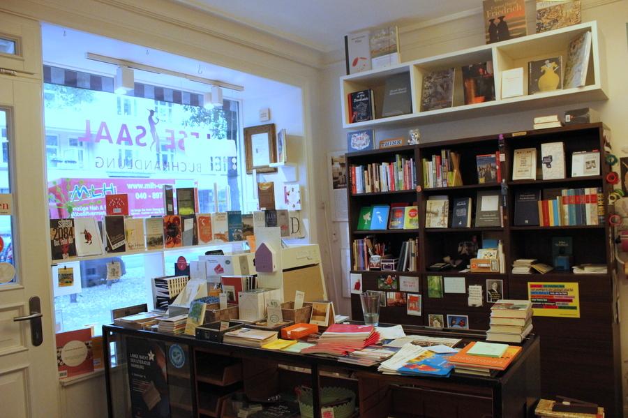 Der Laden bietet neben Büchern auch Postkarten. Foto: Jannika Grimm