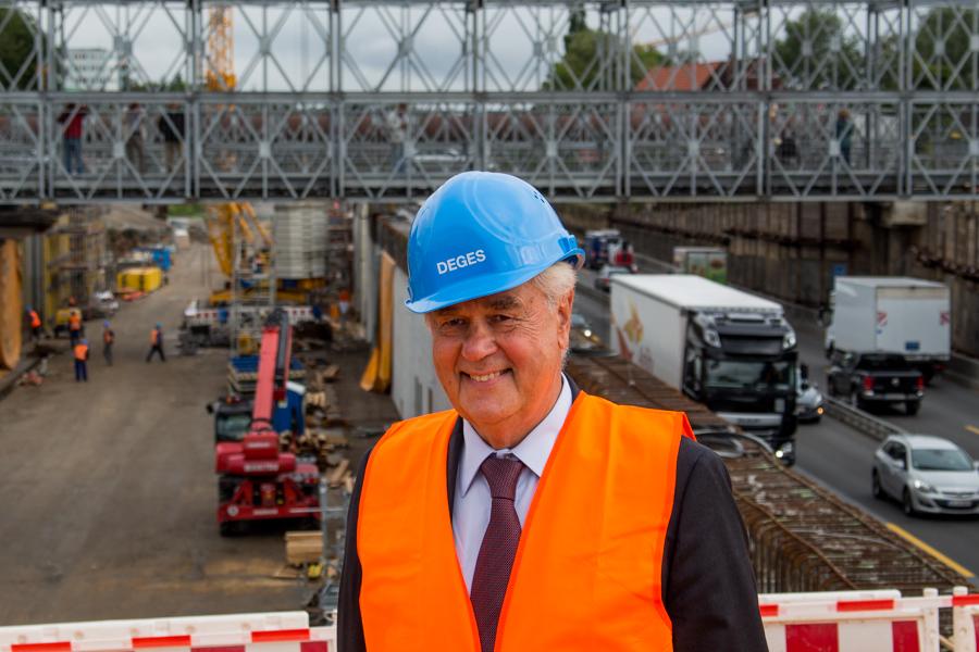 """Senator Frank Horch macht sich einen Eindruck vom neuen """"Deckel"""". Foto: Alexander Povel"""