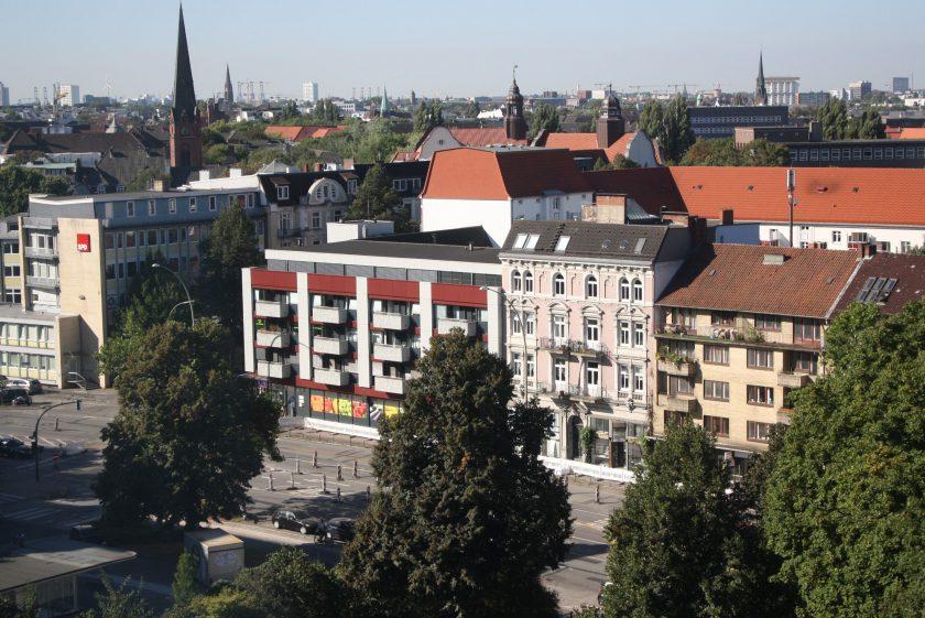 Von seinem Büro im achten Stock des Bezirksamtes hat Torsten Sevecke den Überblick. Foto: Leo Papenberg