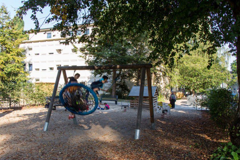 Auf dem neuen Spielplatz auf dem Vorplatz der Unterkunft spielen Kinder. Foto: Alexander Povel