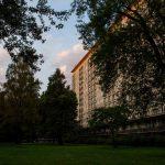 Am Abend strahlt die Sonne an die Fassaden der Häuser. Foto: Alex Povel