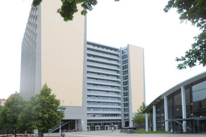 Der Philosophenturm - von Studis kurz Philturm genannt - ist mit 52 Metern das höchste Gebäude auf dem Hauptcampus. Foto: Anja von Bihl