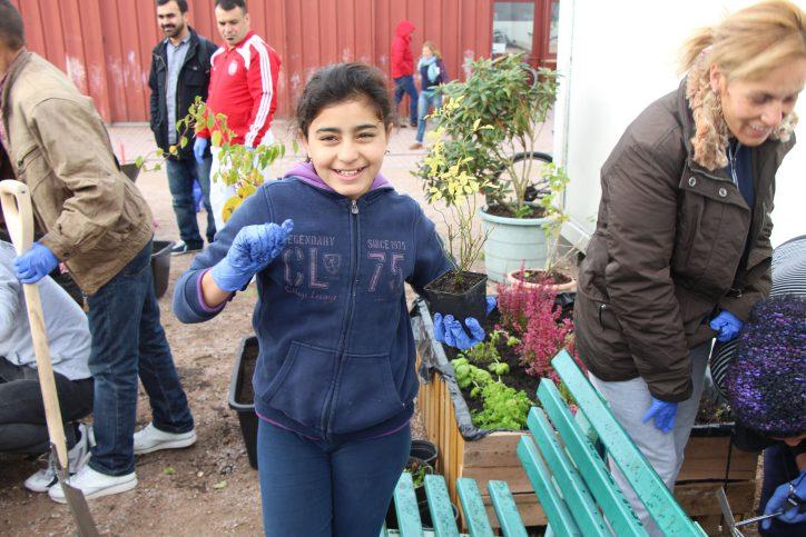 Auch die Kleinsten sind mit voller Begeisterung bei dem Gartenprojekt dabei. Foto: Ida Wittenberg
